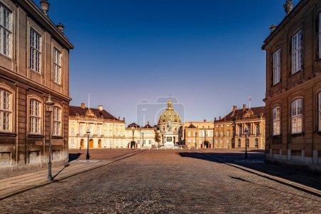Photo pour Beau paysage urbain avec des bâtiments historiques et vieille cathédrale sur la place vide en copenhagen, Danemark - image libre de droit