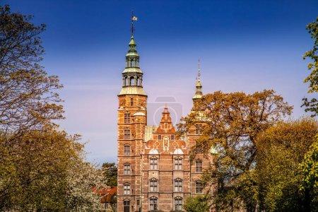 Photo pour Vue panoramique du beau palais historique entre les arbres à Copenhagen, Danemark - image libre de droit