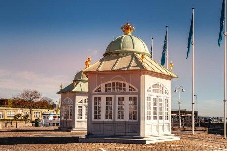 Copenhague, Danemark - 6 mai 2018: deux bâtiments et pavillons sur poteaux porte-drapeaux