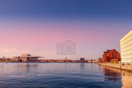 Copenhague, Danemark - 6 mai 2018: vue panoramique du fleuve et paysage urbain derrière pendant le coucher du soleil
