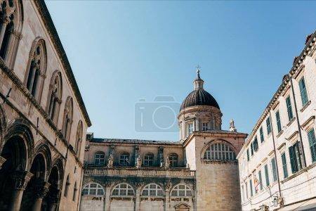 Photo pour Vue faible angle de Vierge Marie Ascension cathédrale et un ciel bleu clair dans la ville de Dubrovnik, Croatie - image libre de droit