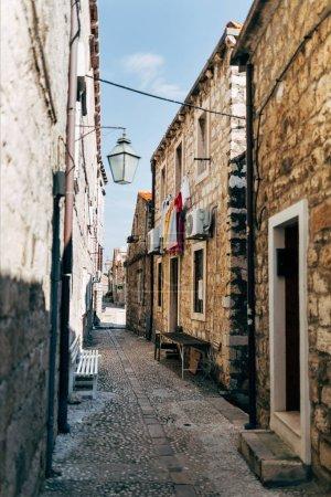 Foto de Vista panorámica de una callejuela vacía en Dubrovnik, Croacia - Imagen libre de derechos