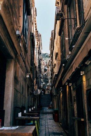 scène urbaine avec une ruelle vide dans la ville de Dubrovnik, Croatie