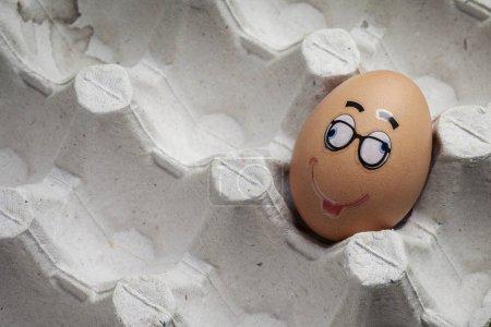 Photo pour Des œufs drôles. Oeufs avec différents visages et émotions drôles. - image libre de droit