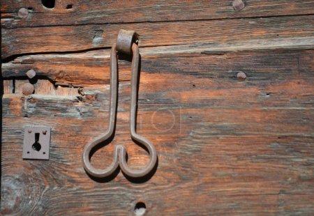 Photo pour Poignée de porte ancienne en forme de phallus, ce qui porte chance aux propriétaires - image libre de droit