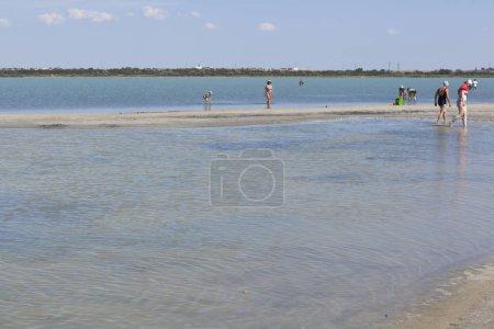 Photo pour Evpatoria, en Crimée - 5 juillet 2018: Personnes sur lac Lucie dans la ville d'Evpatoria du resort, Crimée - image libre de droit