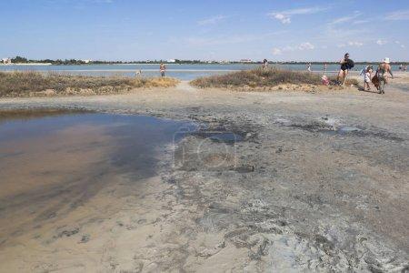 Photo pour Evpatoria, en Crimée - 5 juillet 2018: Boue thérapeutique du lac Lucie dans la ville d'Evpatoria, en Crimée - image libre de droit