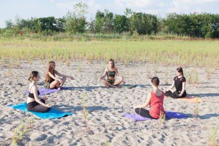 Photo pour Groupe cours de yoga extérieur - image libre de droit