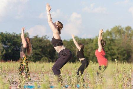 Foto de Grupo al aire libre yoga clase - Imagen libre de derechos