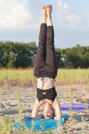 Foto de Maestro de yoga realizando una posición invertida - Imagen libre de derechos