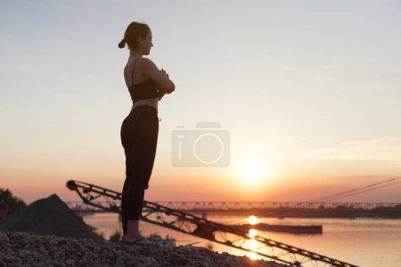 Photo pour Méditation de yoga au coucher du soleil - image libre de droit