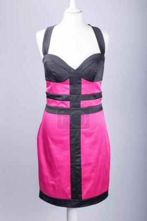 Photo pour Un Mannequin tailleurs habillés en une robe de Satin noir et rose - image libre de droit