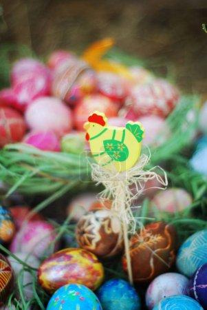 Photo pour Composition de Pâques avec oeufs de Pâques colorés - image libre de droit