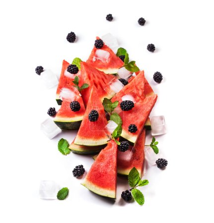 Photo pour Menthe et tranches de melon d'eau feuilles sur fond. nourriture végétarienne saine - image libre de droit