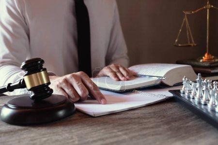 Photo pour Avocat travaillant avec des dossiers de procès sur tabel dans la salle d'audience. procédure judiciaire et droit, avocat, juge, concept. - image libre de droit