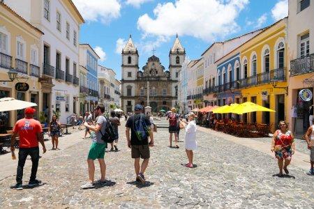Photo pour Cruzeiro de Sao Francisco Anchieta croix chrétienne coloniale et l'église San Francisco à Pelourinho, dans le centre historique de Salvador Bahia. Brésil . - image libre de droit