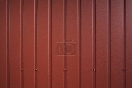 Photo pour Modèle de récipient sans couture. Clôture en aluminium. Plaque murale en acier galvanisé. Panneau profilé en métal ondulé. Rivets en métal. Fond de revêtement métallique rouge, tôle ondulée pour la décoration extérieure - image libre de droit