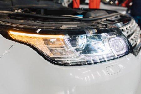 Photo pour Autos modernes ou des voitures en entretien de réparation garage de service automobile . - image libre de droit