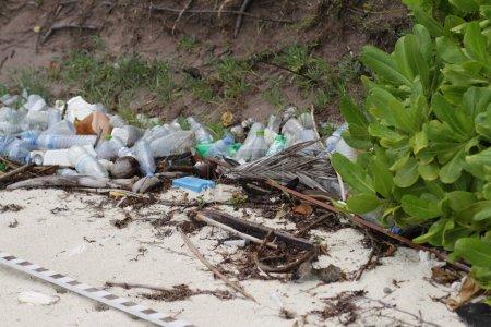 Photo pour Pollution plastique sur la plage tropicale problème environnemental - image libre de droit