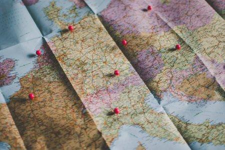 Gros plan de la feuille de route d'un voyageur en couleurs rétro vintage. Pays et villes d'Europe occidentale sur la carte .