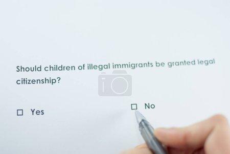Photo pour Question du sondage: enfants d'immigrants illégaux d'accorder la citoyenneté juridique? Réponse: No - image libre de droit