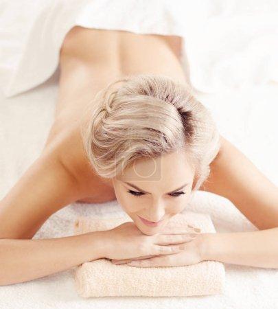 Photo pour Femme blonde belle et saine se cure thermale et soins de massage. Concept loisirs et des soins de santé. - image libre de droit