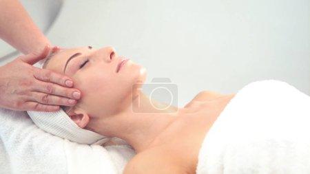 Photo pour Jeune femme séduisante se cure thermale sur fond blanc. Concept de soins de santé, de rajeunissement et de massage. - image libre de droit