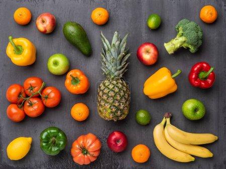 Photo pour Ingrédients alimentaires sains : légumes frais, fruits et superaliments. Nutrition, régime alimentaire, concept alimentaire végétalien. Contexte concret - image libre de droit