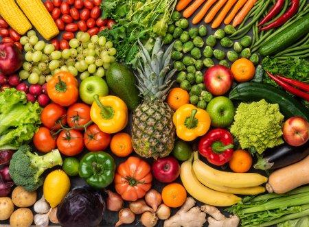 Foto de Saludable comer ingredientes: verduras, frutas y súper. Nutrición, dieta, concepto de comida vegana. Fondo concreto - Imagen libre de derechos