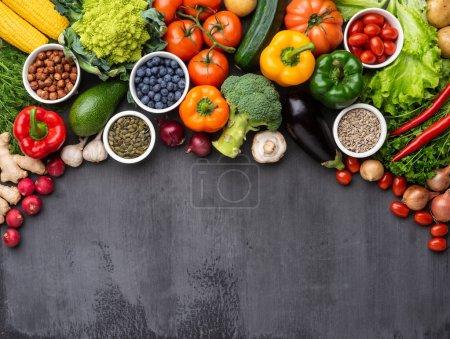 Photo pour Healthy eating ingrédients: légumes frais, fruits et super. Nutrition, alimentation, concept alimentaire végétalien. Fond de béton - image libre de droit