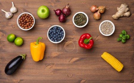 Photo pour Healthy eating ingrédients: légumes frais, fruits et super. Nutrition, alimentation, concept alimentaire végétalien. Fond en bois - image libre de droit