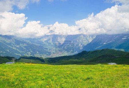 Photo pour Pics alpins paysage arrière-plan. Jungfrau, région montagneuse bernoise. Alpes, concept de randonnée touristique - image libre de droit