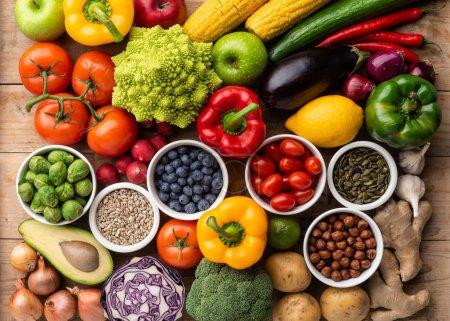Foto de Saludable comer ingredientes: verduras, frutas y súper. Nutrición, dieta, concepto de comida vegana. Fondo madera - Imagen libre de derechos
