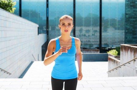 Photo pour Jeune fille brune, en forme et sportive en vêtements de sport. Femme faisant du sport en plein air. Fitness, jogging, régime alimentaire et mode de vie sain concept . - image libre de droit