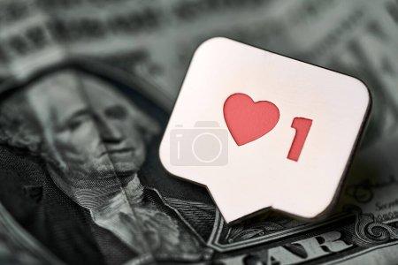 Photo pour Comme un symbole de coeur sur un dollar. Comme le bouton signe, symbole avec coeur et un chiffre. Achetez des abonnés pour le marketing sur les réseaux sociaux. Concept de prix bon marché. - image libre de droit
