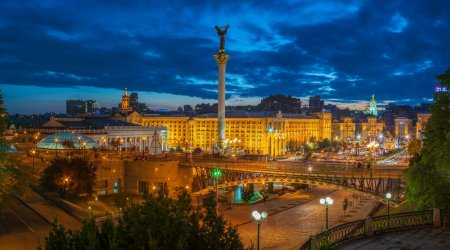 Photo pour View of Maidan Nezalezhnosti against the background of the sunset sky with people walking near the fountains and Independence Monument of Ukraine, Kiev, Kyiv - image libre de droit