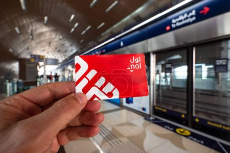 Photo pour DUBAI - OCTOBRE 2018 : Billet de métro NOL carton rouge. Le métro de Dubaï est le plus long réseau de métro entièrement automatisé au monde. Éditorial illustratif . - image libre de droit