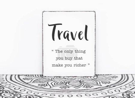 Photo pour Tapis vintage Bohème devis voyage est la seule chose que vous achetez et qui vous rendrait le texte presse-purée à bord fond blanc mur isolé - image libre de droit