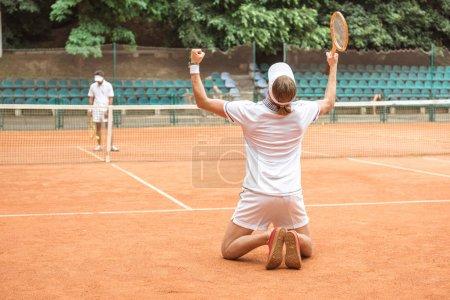 Photo pour Anciennes joueurs après avoir remporté le match de tennis sur Cour - image libre de droit