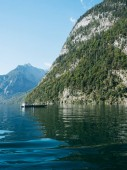 """Постер, картина, фотообои """"Величественные альпийский пейзаж с озером Kenigssee против горы прекрасный солнечный день, Бавария, Германия"""""""