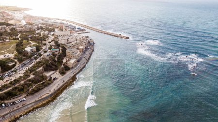 Photo pour Vue aérienne de la belle ville au bord de mer avec soleil reflétant dans l'eau, Tel Aviv, Israël - image libre de droit