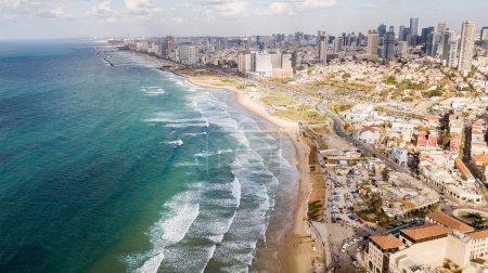 Photo pour Vue aérienne d'une grande ville avec plage de sable fin et mer ondée, Tel Aviv, Israël - image libre de droit