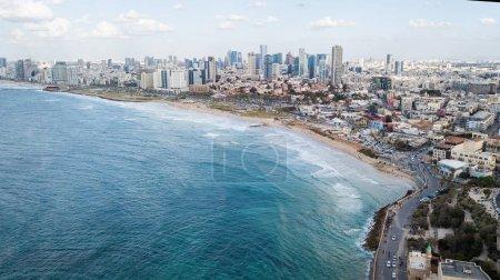 Photo pour Vue aérienne de la ville placée sur le bord de la mer sur une journée ensoleillée, Tel Aviv, Israël - image libre de droit