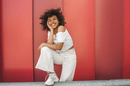 Foto de Hermosa estilo americana africano joven riendo en la calle - Imagen libre de derechos