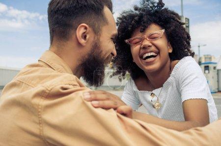 jeune couple multiethnique heureux s'amuser et de rire sur la rue