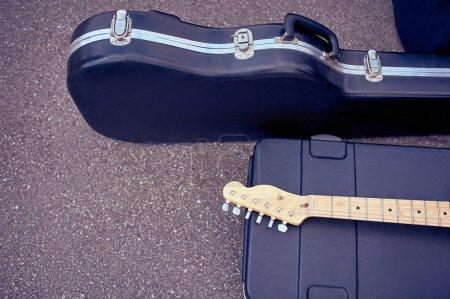 Foto de Cerrar vista de instrumentos musicales en casos de mentira en la calle - Imagen libre de derechos
