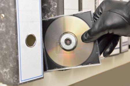 Photo pour Voleur voler dans un fichier de bureau numérisé dans un disque compact - image libre de droit