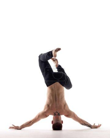 Photo pour Jeune beau garçon danseur pose en studio - image libre de droit