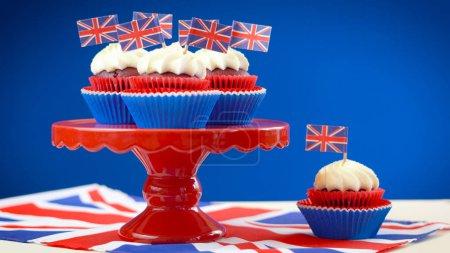 Photo pour Gâteaux et cupcakes thème blanc et bleu rouge stand avec drapeaux Uk Union Jack pour Queens l'anniversaire de fin de semaine ou de la nourriture de parti de Grande-Bretagne. - image libre de droit