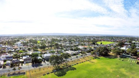 Photo pour Vue aérienne par drone du parc public australien et du terrain de sport ovale, prise à Henley Beach . - image libre de droit